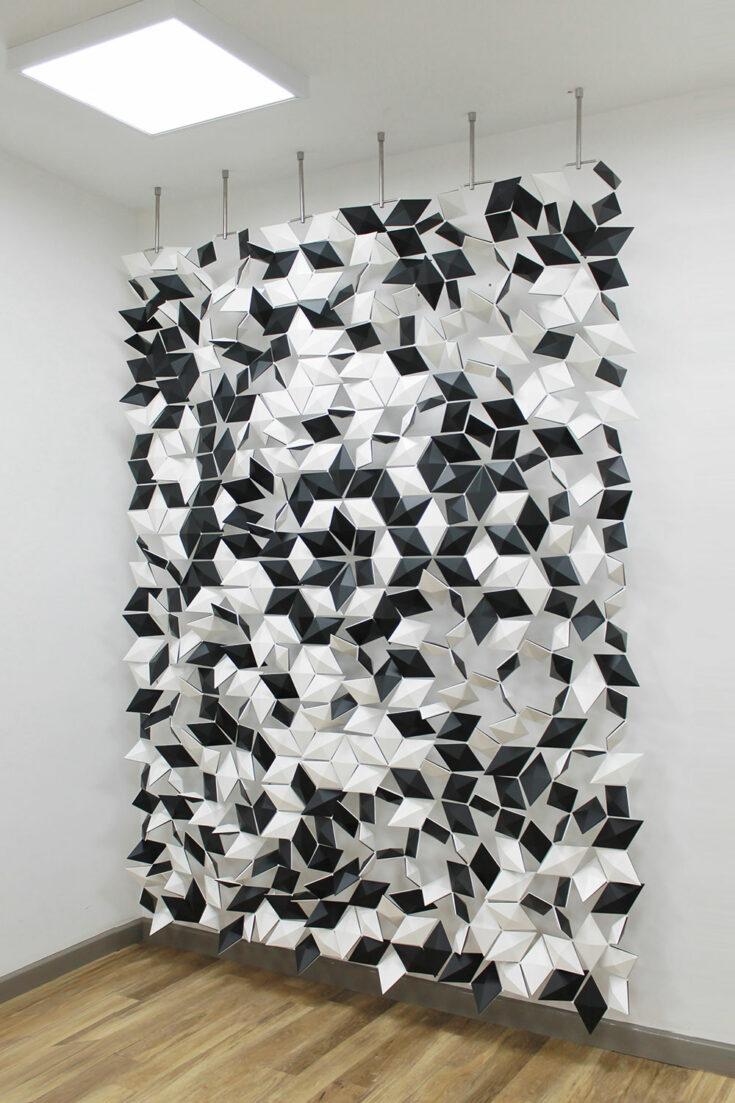 Ruimteverdeler met prachtig geometrisch patroon Facet in kleur Wit en Grafiet en breedte 204cm x hoogte 265cm