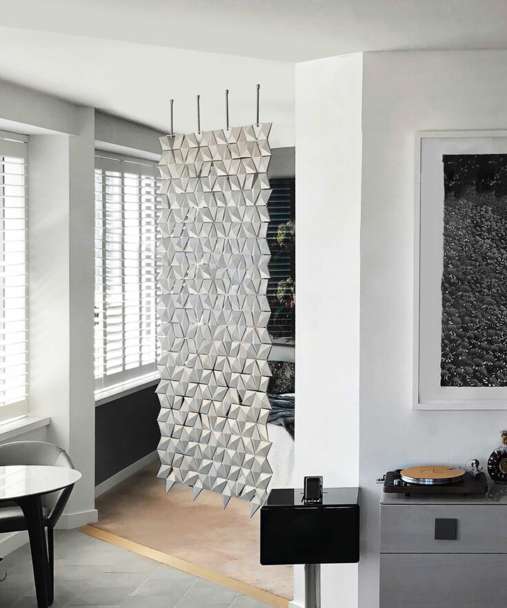 Cloison à suspendre Facet de couleur Gris perle et largeur 136cm x hauteur 246cm