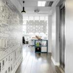 Divisorio sospeso per zone lavoro Facet colore Bianco e larghezza 136 cm x altezza 89 cm