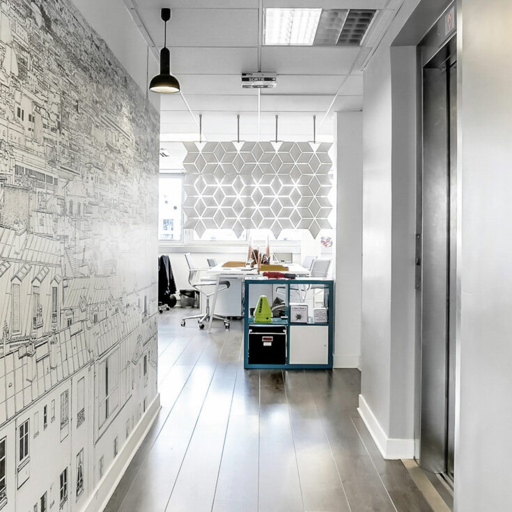 Hanging workspace divider Facet in width 136cm x height 89cm and color White
