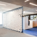 Large office separation wall Facet in width 408cm x height 265cm and color White